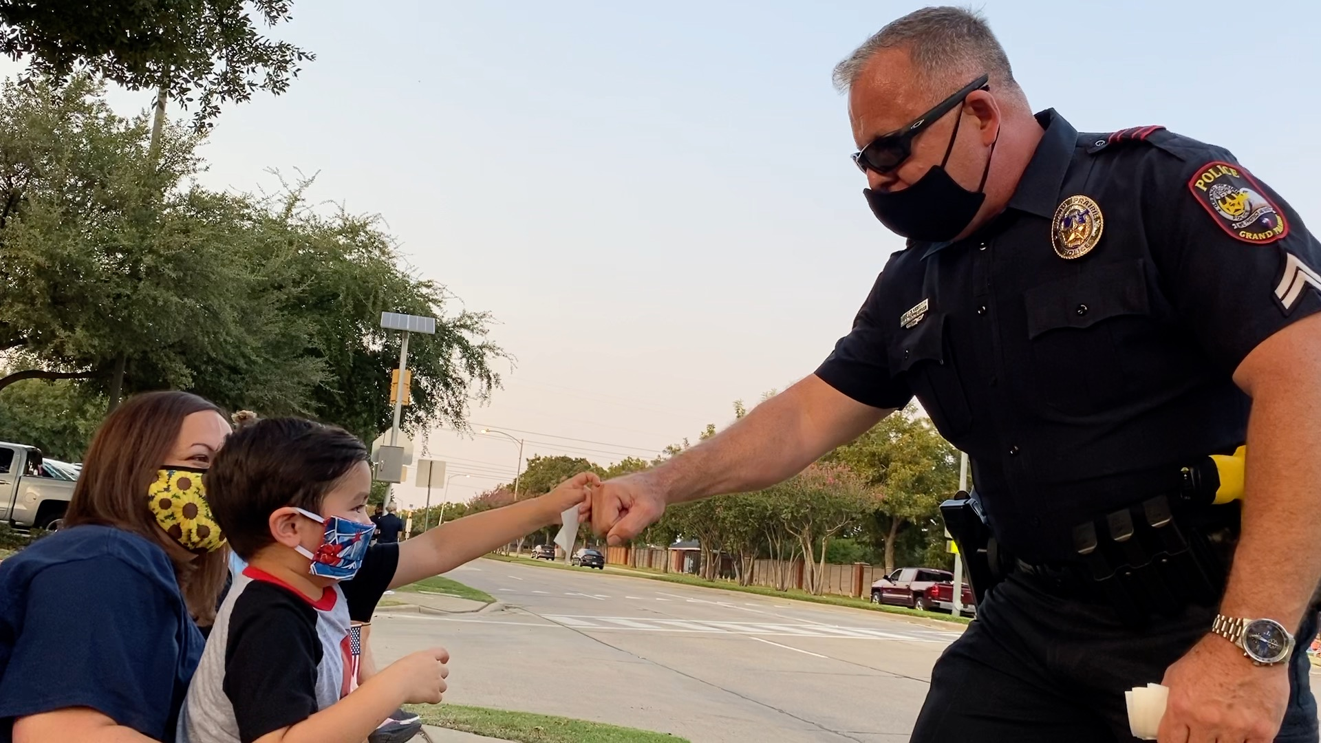 Officer Jim West of the Grand Prairie Police Department waves to residents (Lupe Zapata/Spectrum News)
